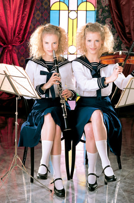 Zsuzsa & Judit, Twins in Everyway-0